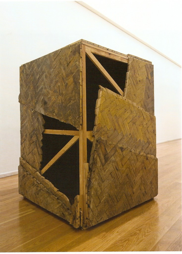 Chão em tacos de madeira intervencionados e madeira.