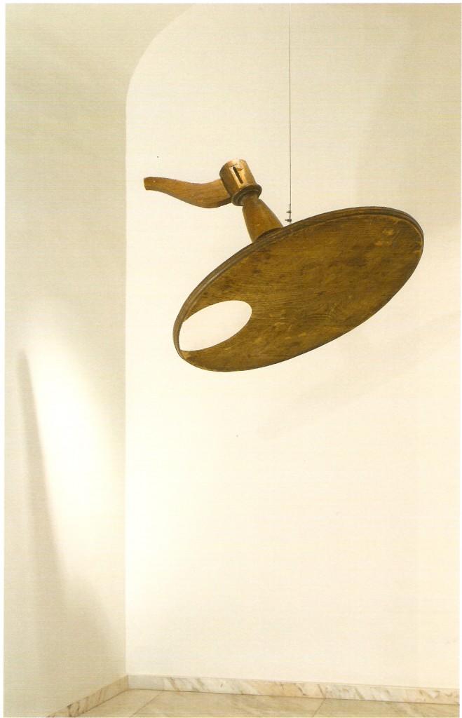 Acrílico s/ mesa de madeira encontrada e cabo de aço. 76cm x 100cm x 100cm