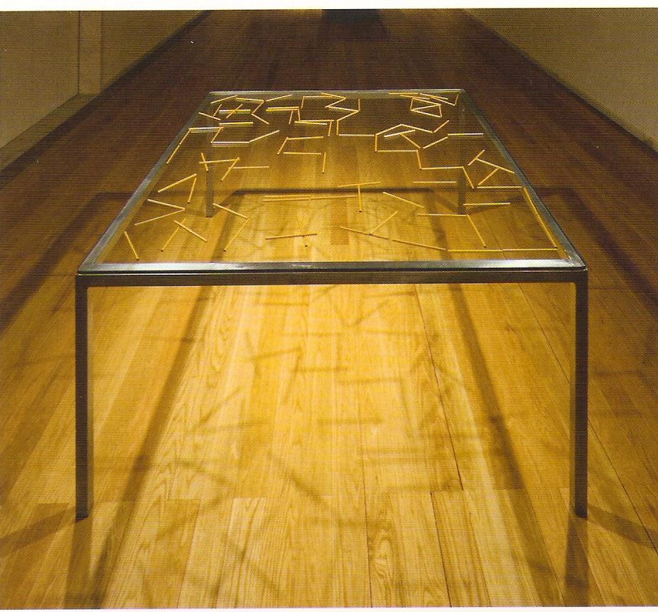 Estrutura de metal, vidro, lápis dourados, 76,5 x 161 x 161 cm