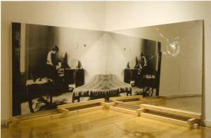 Madeira, espelho (125x200x40 cm) e fotografia (125x200 cm)