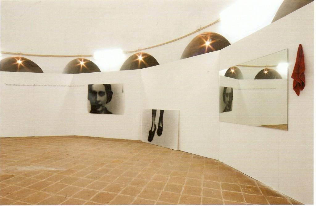 Dimensões de instalação variáveis, 2 fotografias preto e branco impressas sobre papel,espelho, texto e toalha vermelha