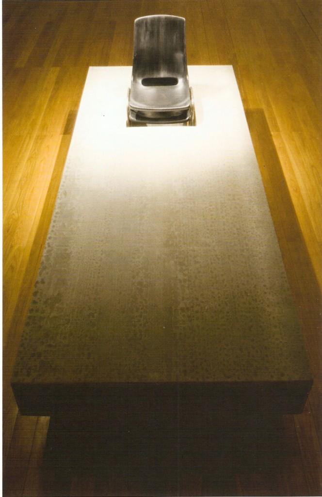 Viroc, madeira, duas cadeiras, tinta acrílica, 86 x 260 x 125 cm