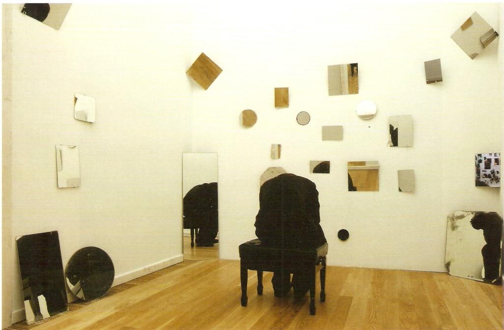 Instalação, figura-escultura, banco de piano e 39 espelhos, dimensões variáveis